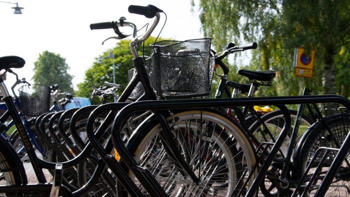 Cyklar i cykelställ.