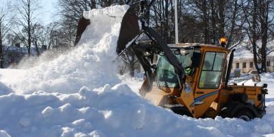 Traktor som röjer snö.