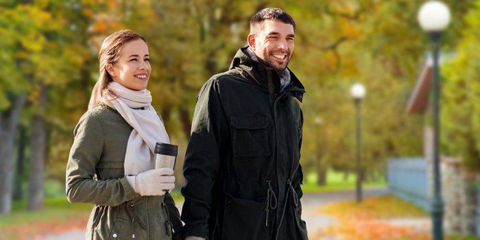 Kvinna och man promenerar i boulognerskogen