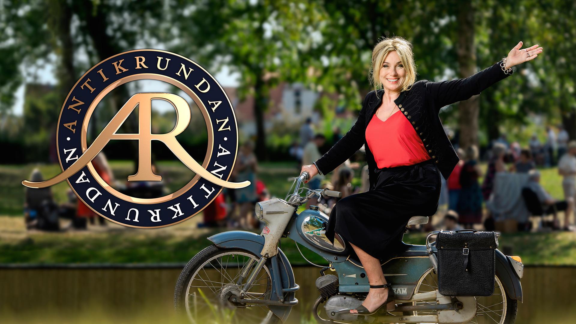 Antikrundans logotyp och Anne Lundberg som vinkar glatt från en moped framför ett somrigt landskap med Antikrundanbesökare