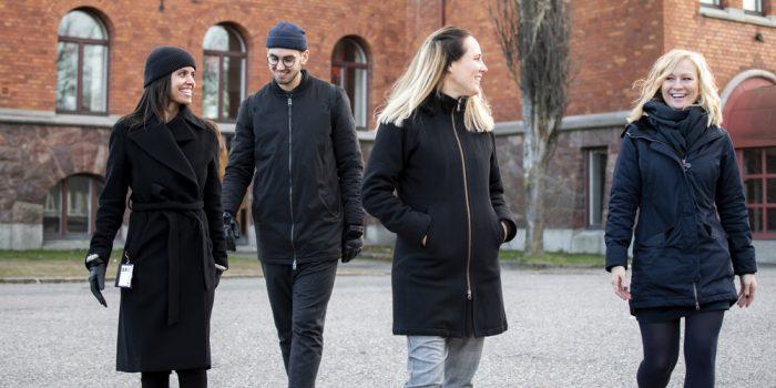 Personal samtalar och skrattar på Borgarskolans gård.