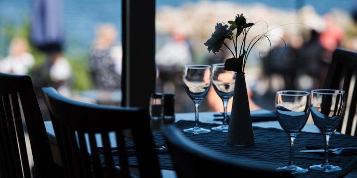 Ett dukat bord vid fönstret på en restaurang