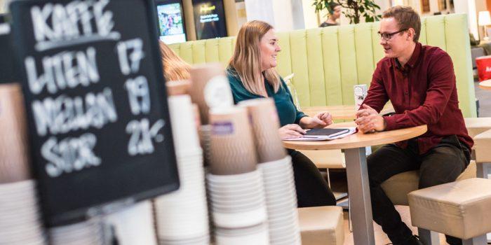 Personer samtalar vid ett fikabord på Högskolan i Gävle