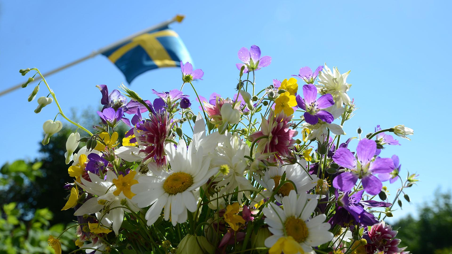 Sommarblommor och flagga