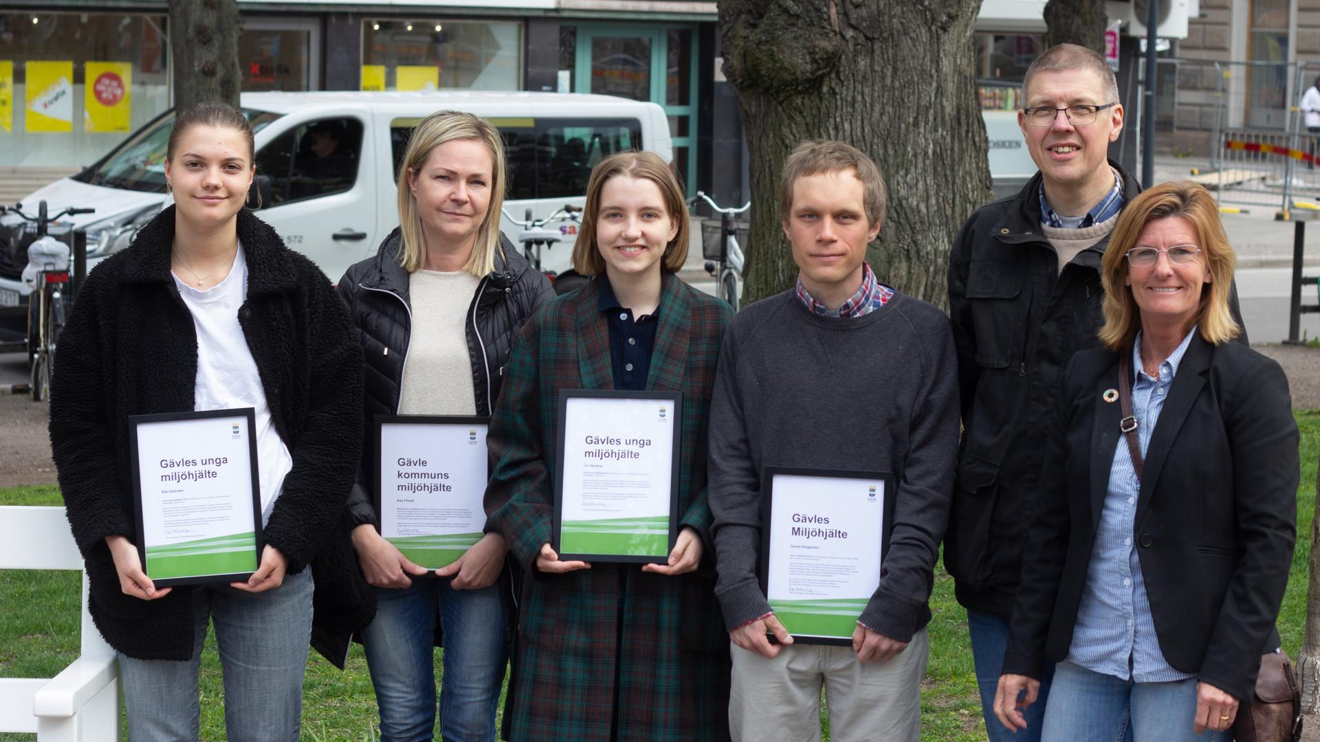 2019 års miljöpristagare visar upp sina diplom.