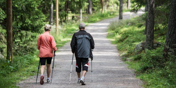 Två personer som motionerar i ett motionsspår