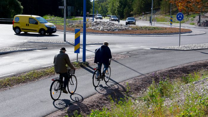 Cyklister vid en rondell