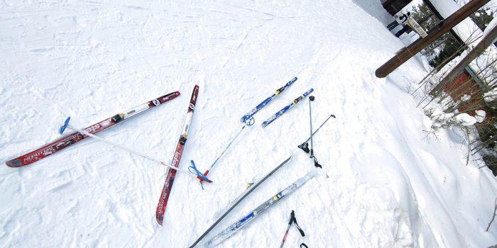 längdskidor som ligger på snötäckt mark