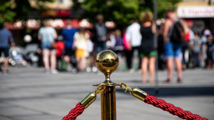 Stolpe och rep som avgränsar en uteservering på Stortorget