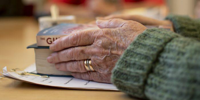 Händer som håller i böcker.