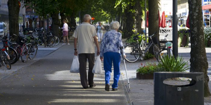 Två penionärer som är ute och i Gävle centrum