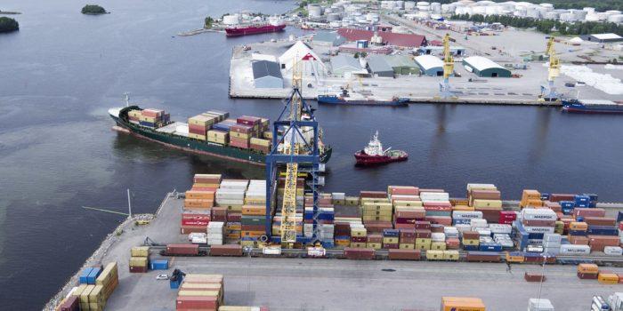 Vy över Gävle hamn med lastade fartyg