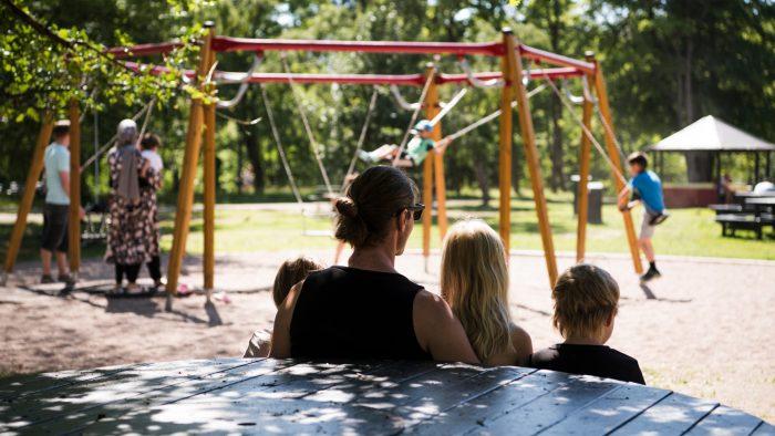 Människor i en lekpark.