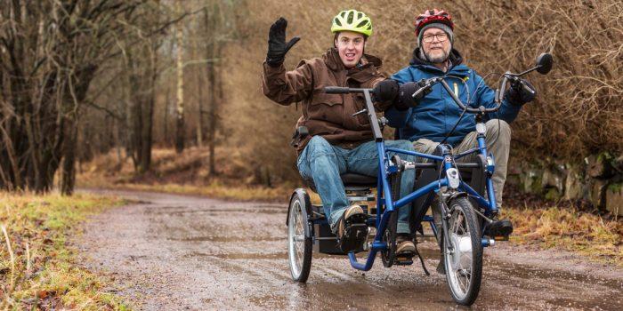 Två personer på en specialbyggd elcykel.