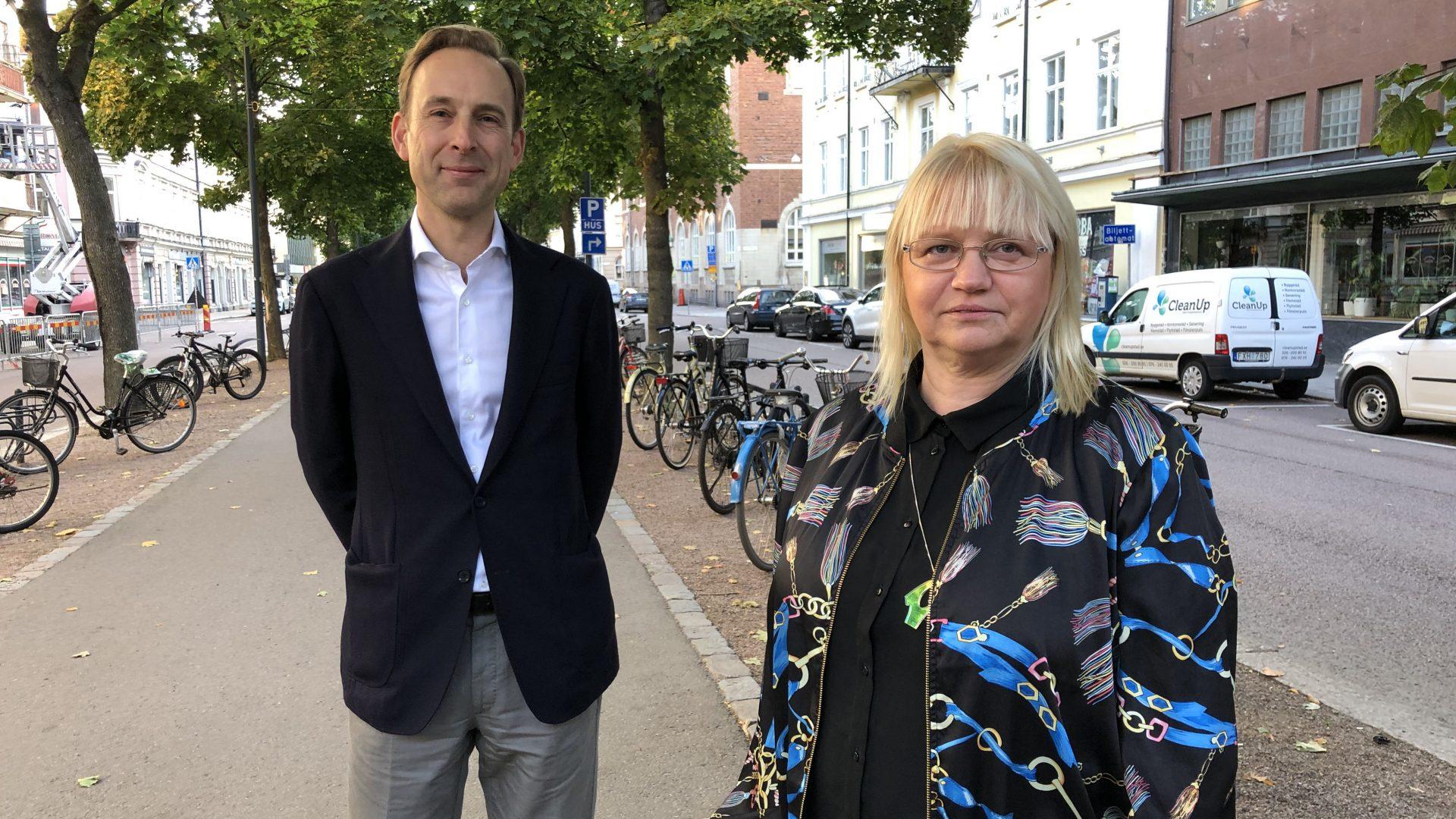 Mattias Durnik, Näringslivsdirkektör står utomhus tillsammans med med Helene Åkerlind, vice ordförande kommunstyrelsen