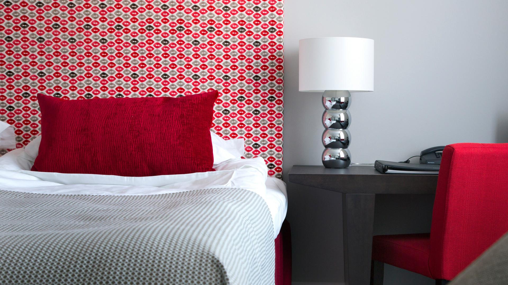Säng och skrivbord i ett hotellrum