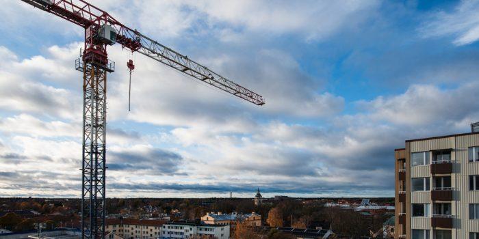 Stadsvy över Gävle med en lyftkran i förgrunden