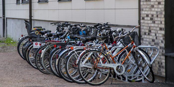 Uppställda cyklar mot husvägg
