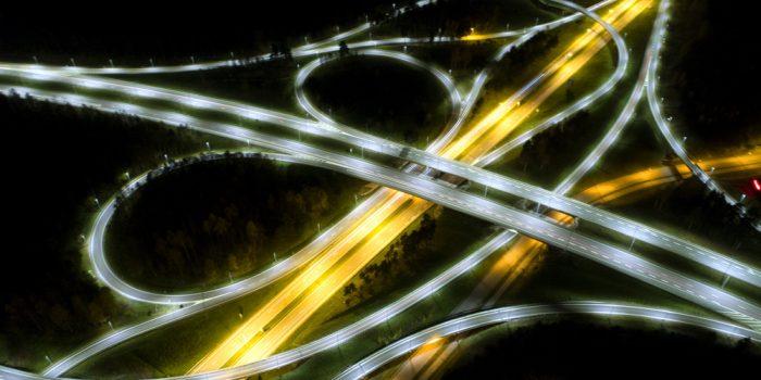 Upplyst motorväg nattetid