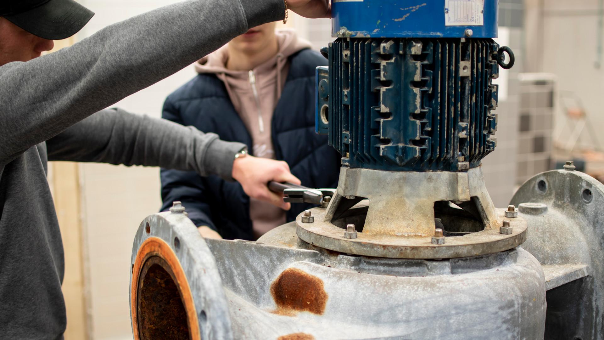 Elever på Polhemsskolans industritekniska program monterar.