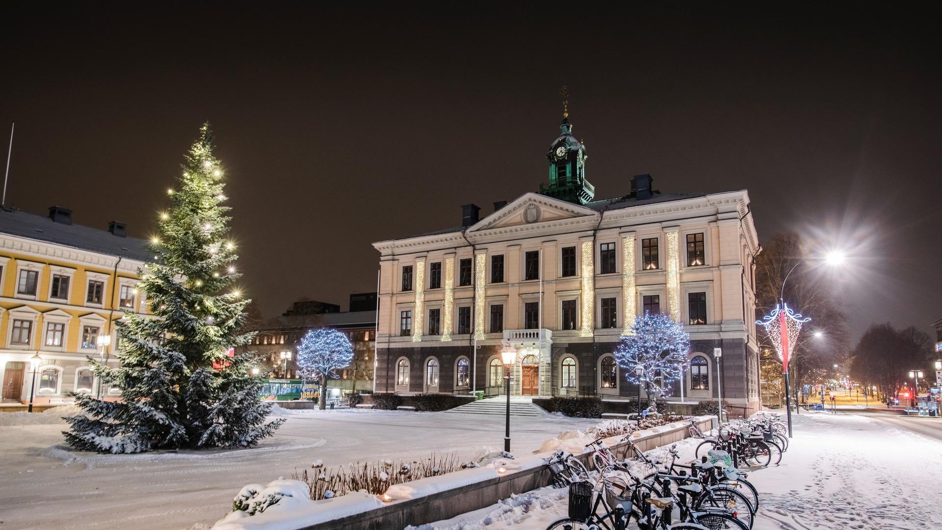 Rådhuset vintertid med snö och en julgran