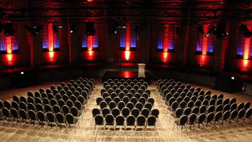 Uppradade stolar framför scenen i Lilla Gasklockan