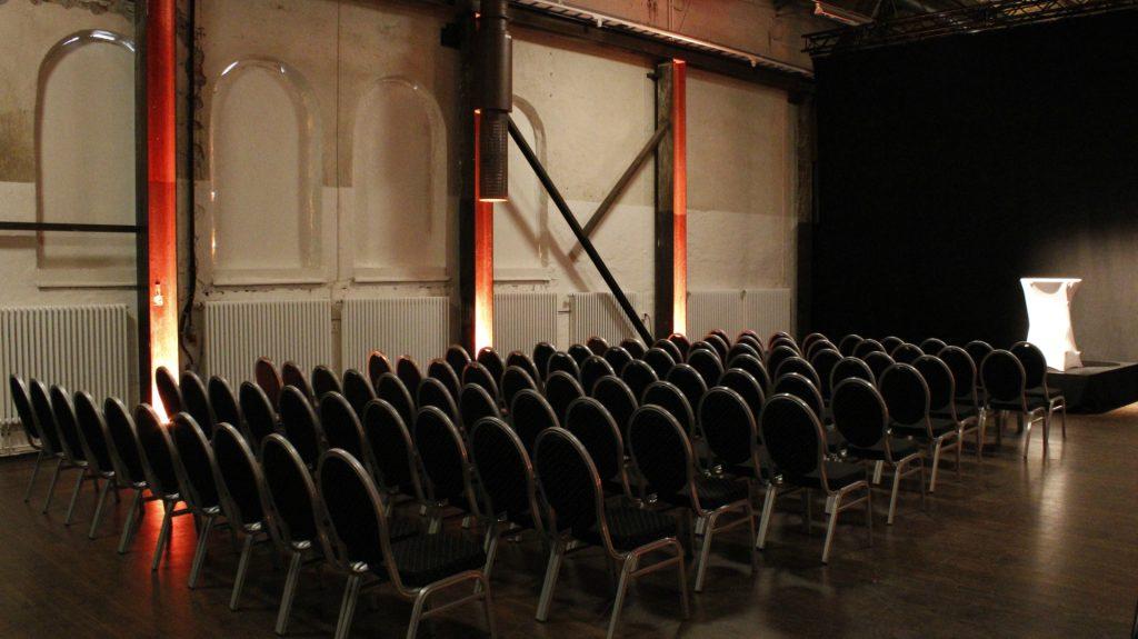 Massa stolar uppradade framför scen i Lilla Retorten