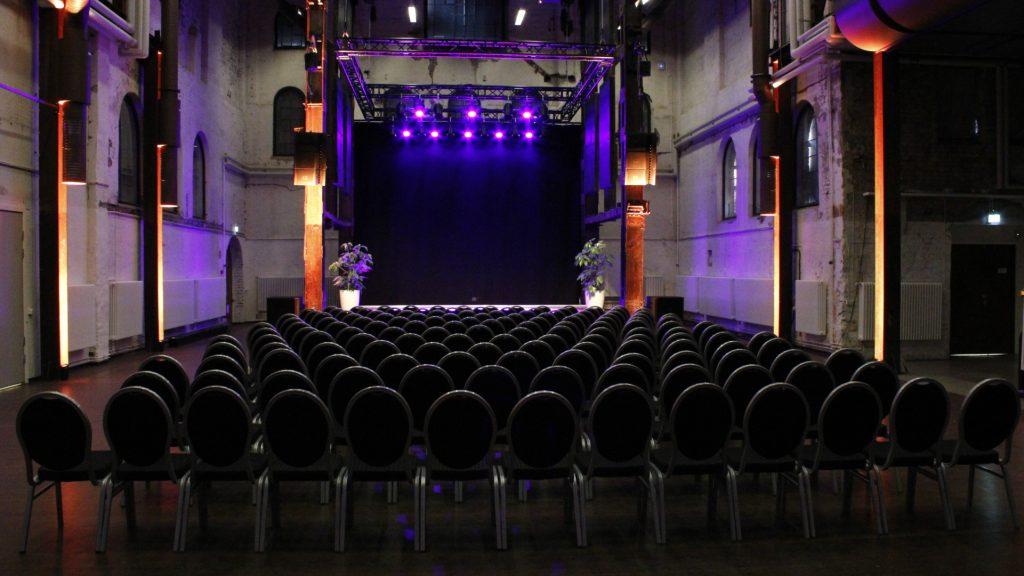 Många stolar placerade framför scen i Stora Retorten