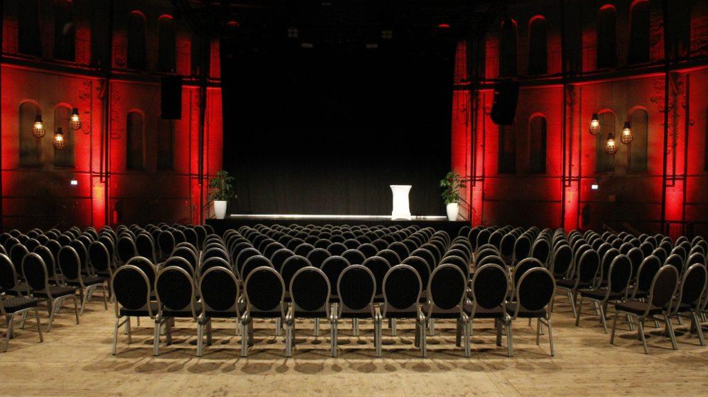 Många stolar placerade framför scen i Stora Gasklockan