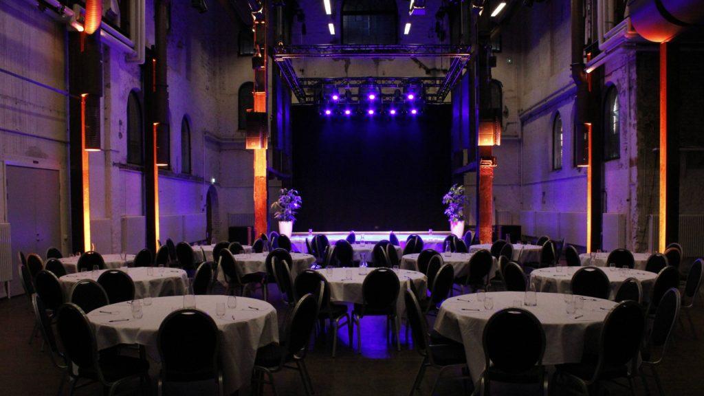 Många runda bord men fin dukning framför scen i Stora Retorten