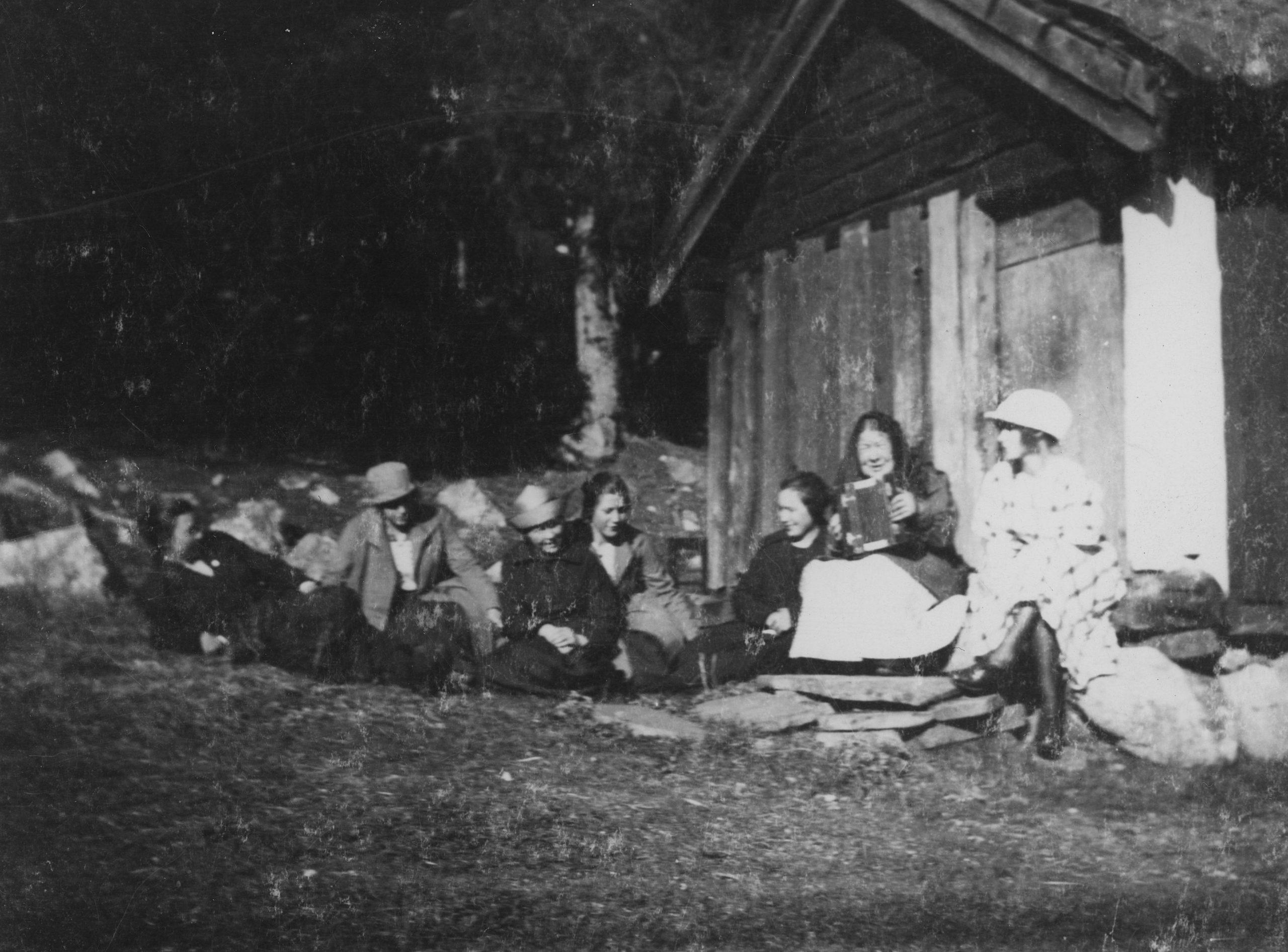 Brita med sällskap vid stugan i Bönan
