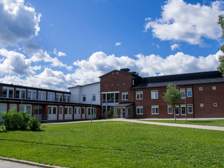 Bergby centralskolas entré.