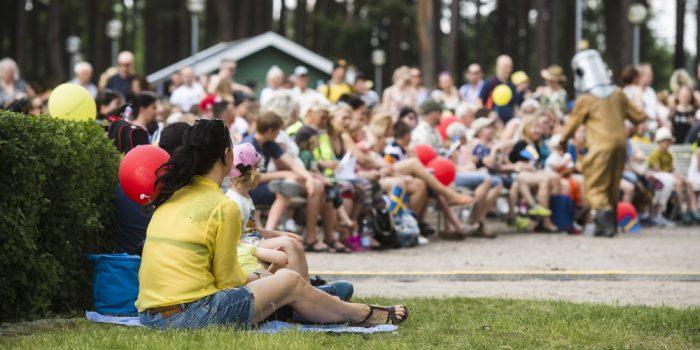 Publik tittar på uppträdande i Boulognerskogen
