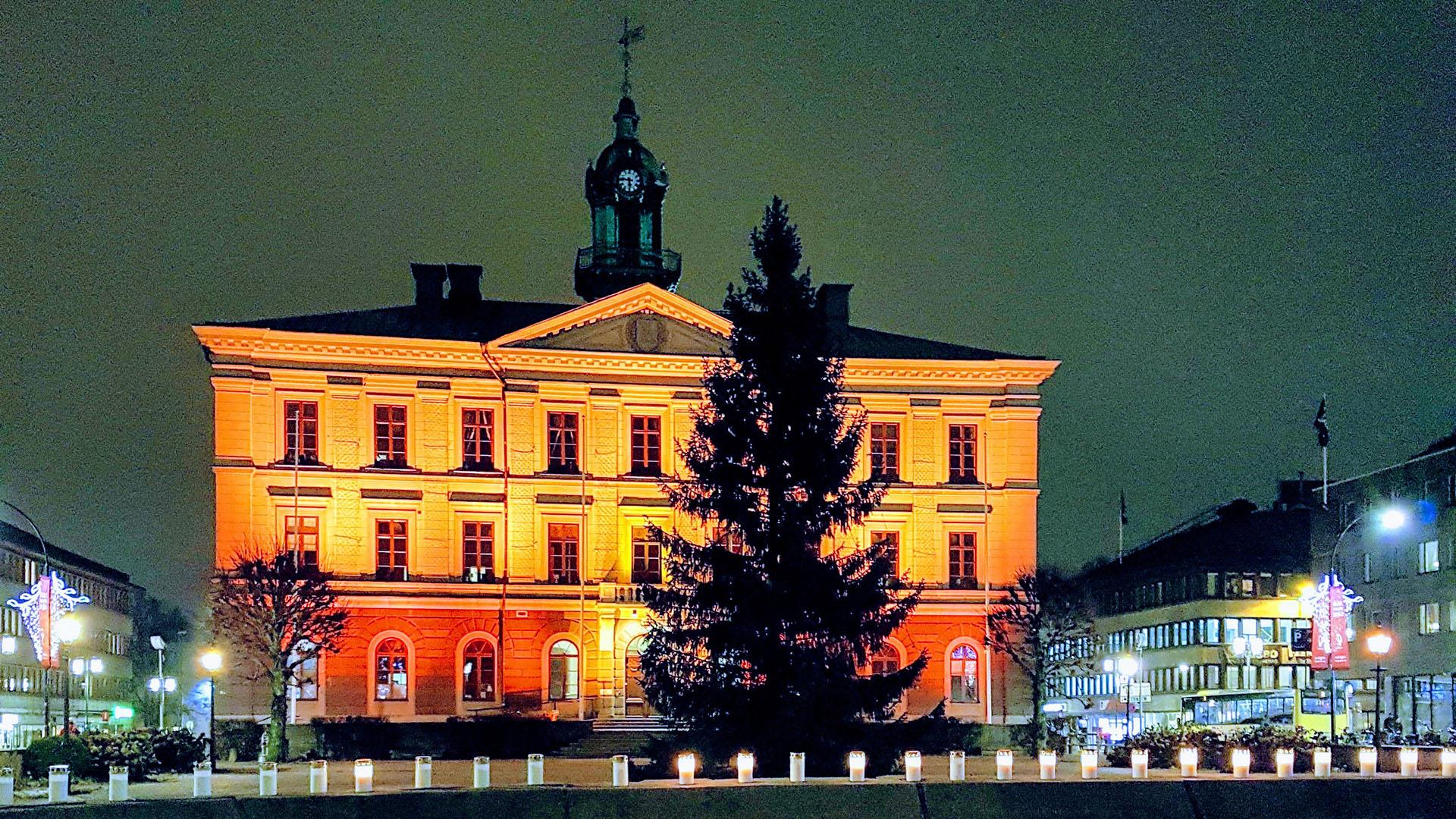 Rådhuset belyst med orangea lampor.