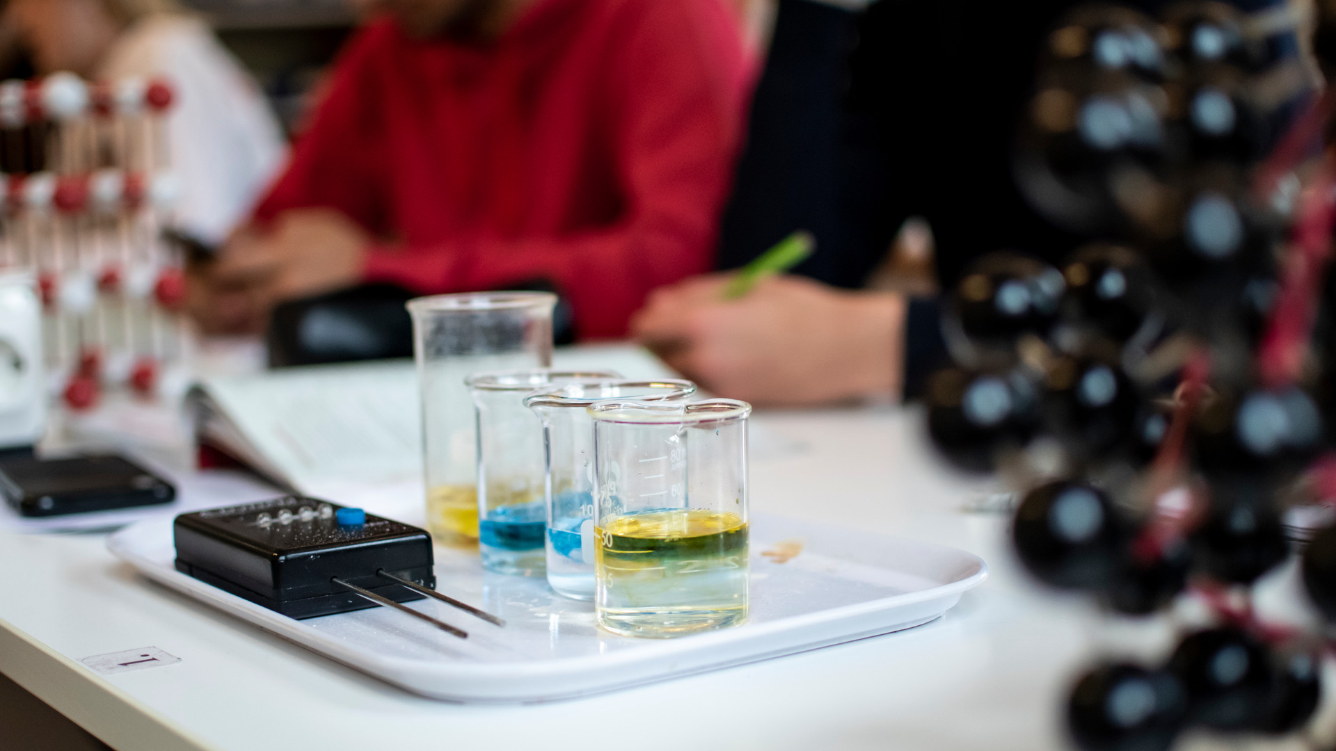 Elever på Vasaskolan undervisas i kemi