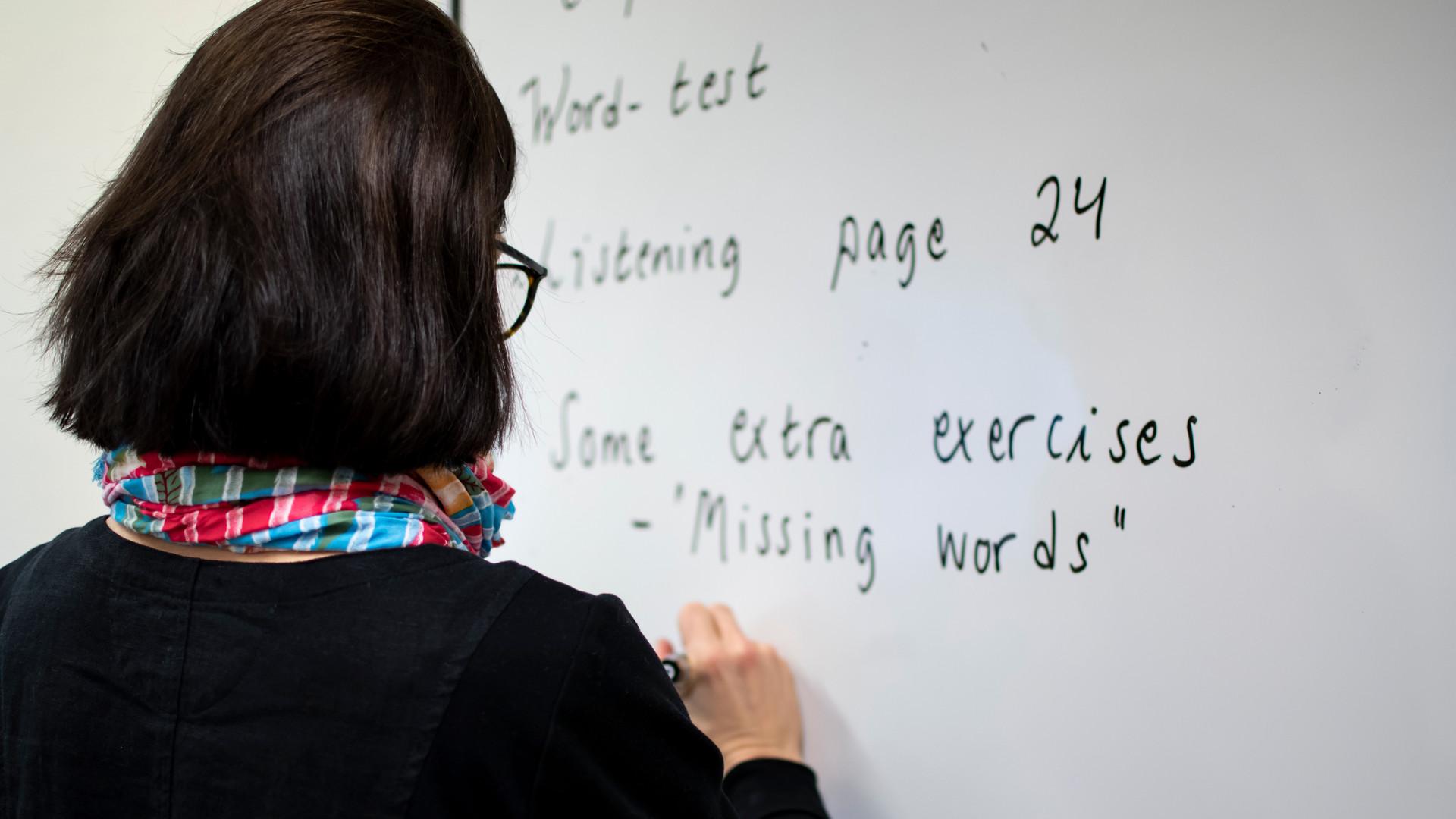 Lärare på Språkintroduktion antecknar på tavlan