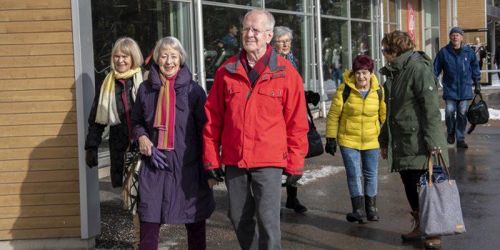 Äldre personer på promenad
