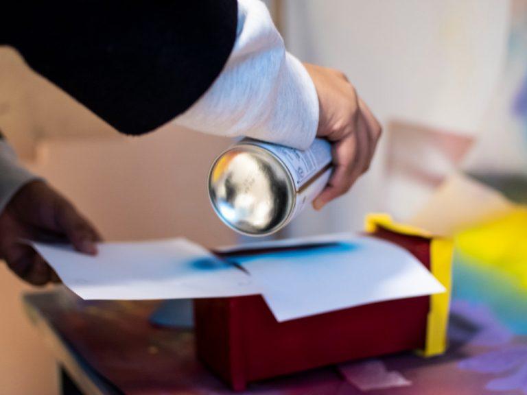 Polhemselev på Teknikprogrammet använder sprayfärg.