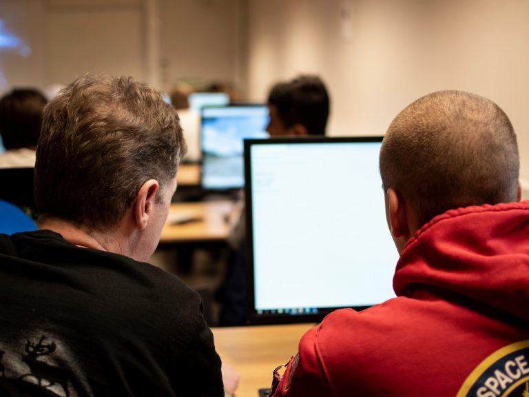 Lärare instruerar elev på Polhemsskolans teknikprogram