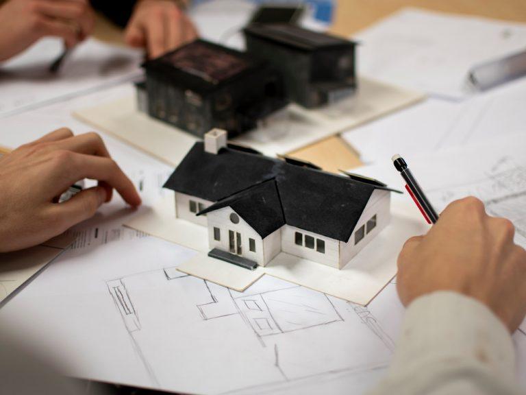 Elever på Polhemsskolans teknikprogram bygger husmodeller.