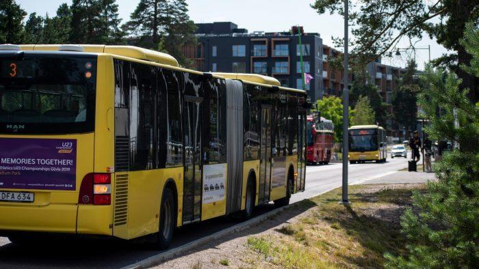 Stadsbuss som står och väntar vid busshållplats.