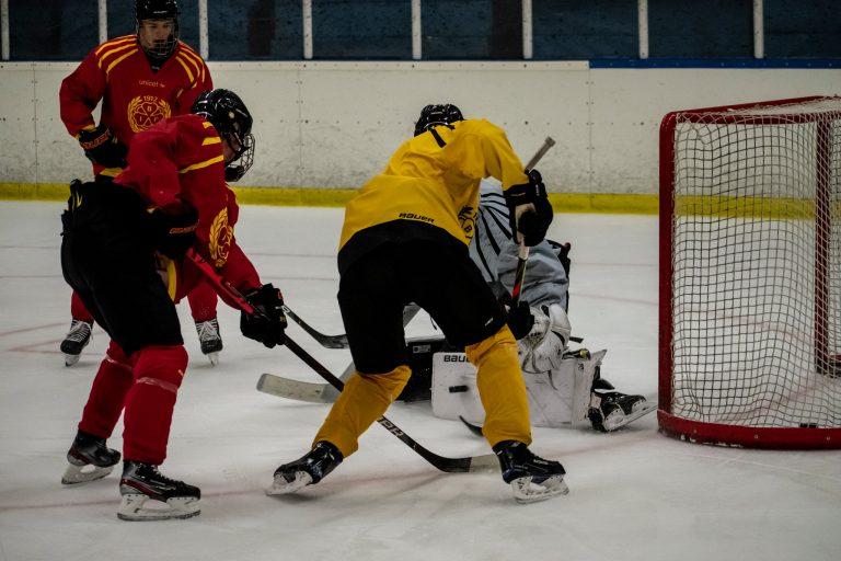 Elever tränar hockey