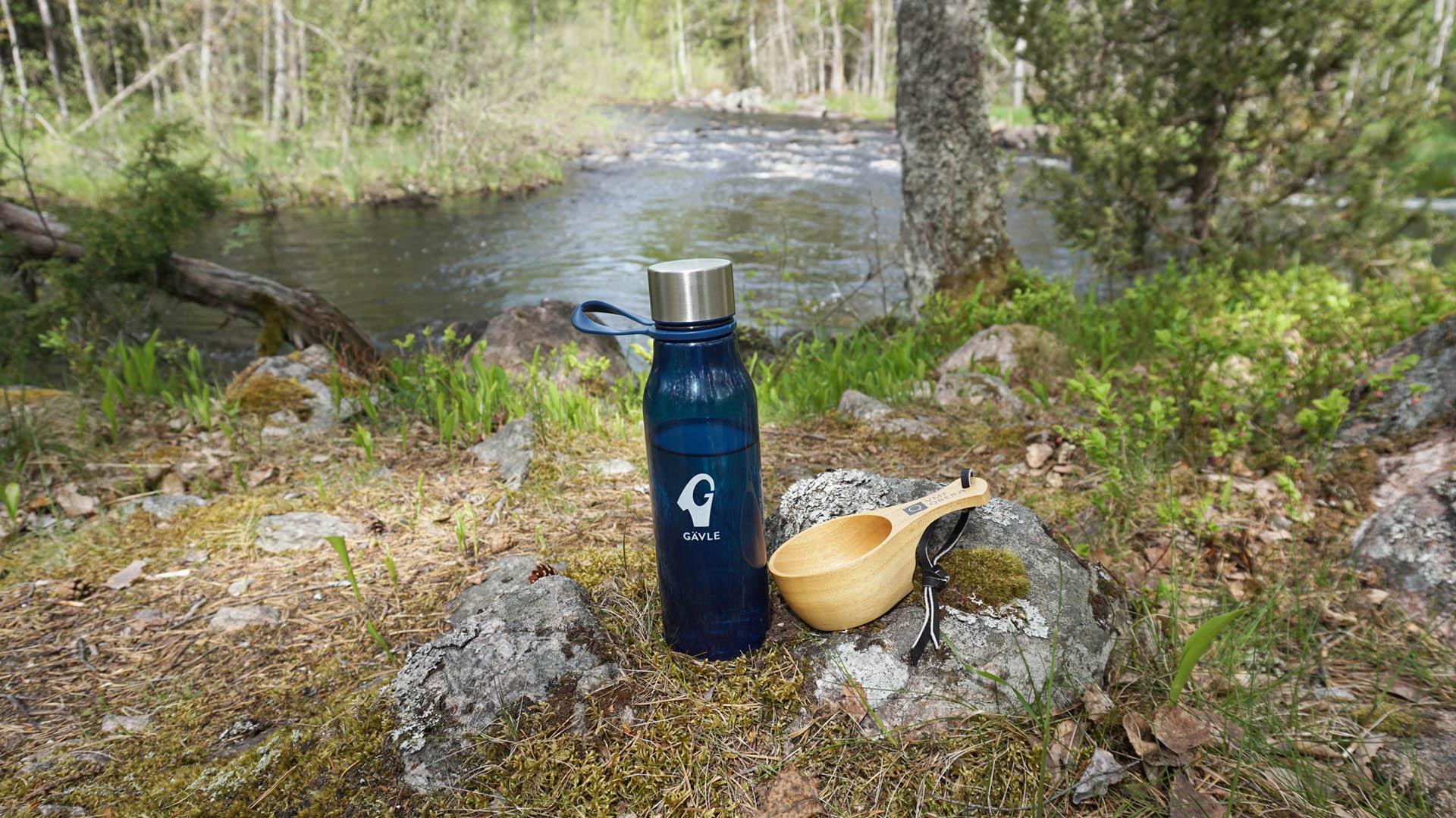 Vattenflaska och kåsa vid vattnet Gästrikeleden.