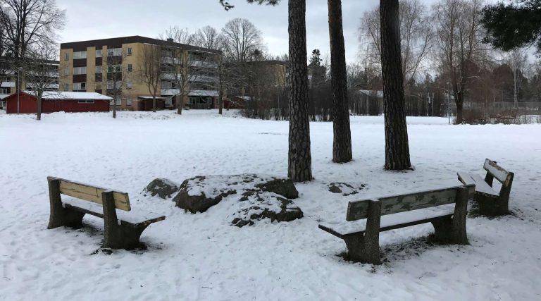 Parkbänkar i Holmsund.