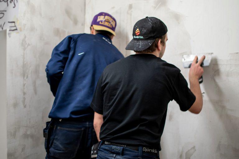 Elever spacklar vägg