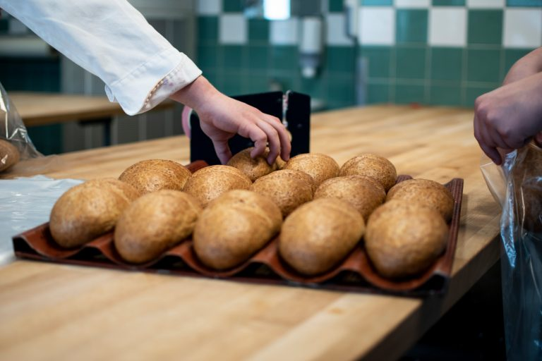 Nybakat bröd på plåt.