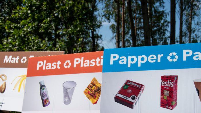 En bild på hur du ska sortera skräp rätt på en återvinningsstation.