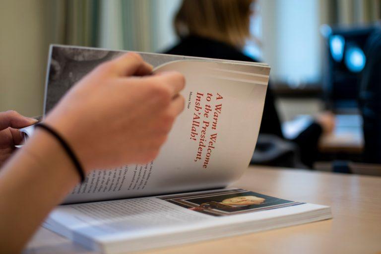Elev bläddrar i bok