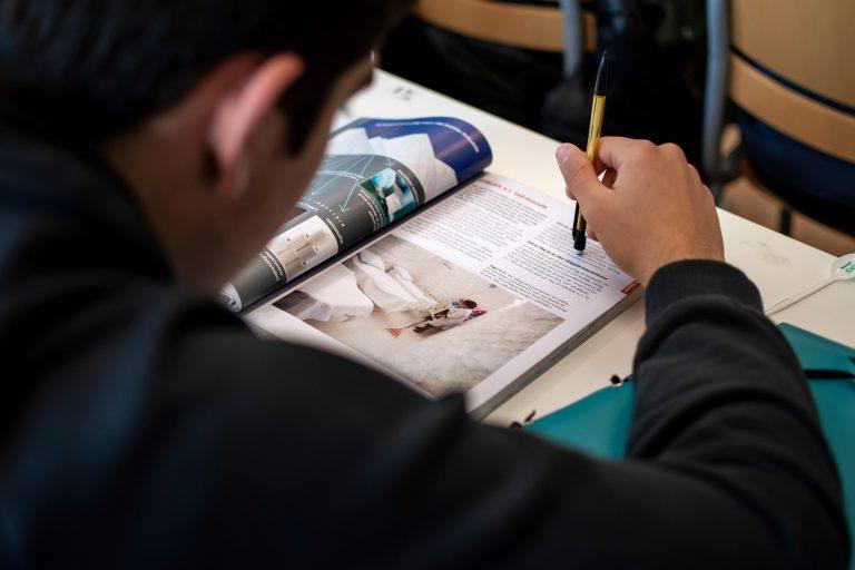 Elev läser i en bok