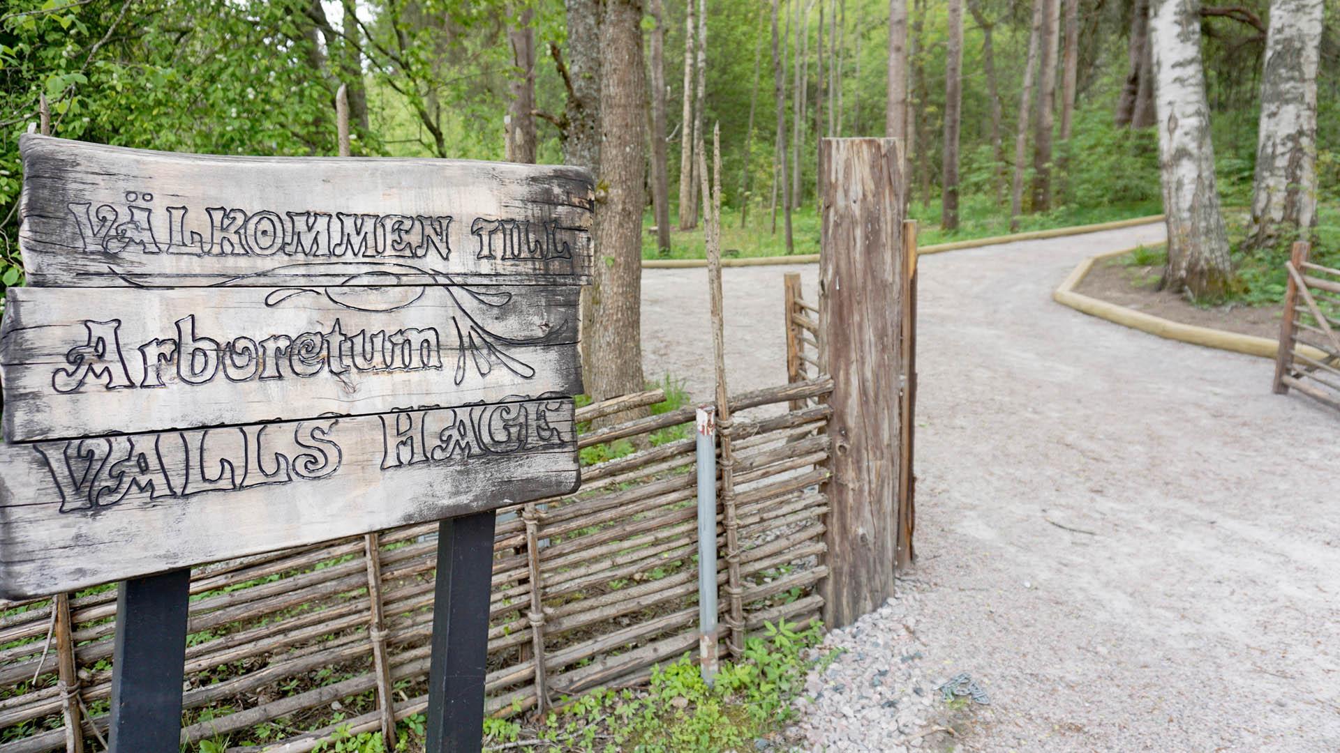 Skylt vid ingången till Valls hage Arboretum.